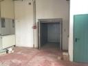 sambuca capannone di mq 1450 con 12 stanze uso ufficio e piazzale di 800 mq   ingresso carrabile per automezzi pesanti , riscaldamento a metano, aria condizionata, montacarichi e pozzo. altezza del piano primo 3.32 mq . altezza del piano terra 3.62  ottime condizioni. - classe energetica in elaborazione