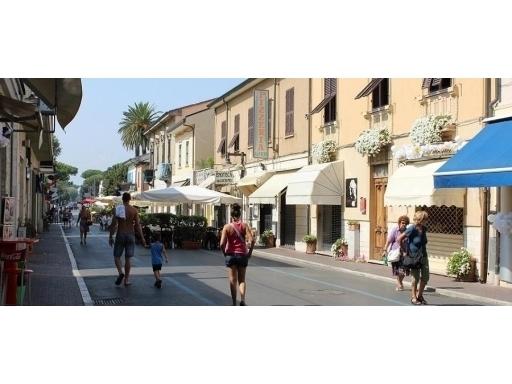 Negozio-locale in Vendita a Massa: 5 locali, 300 mq